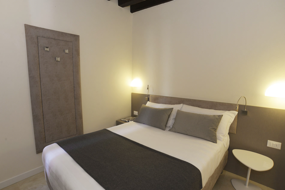 Small double room hotel fil for Small hotel room